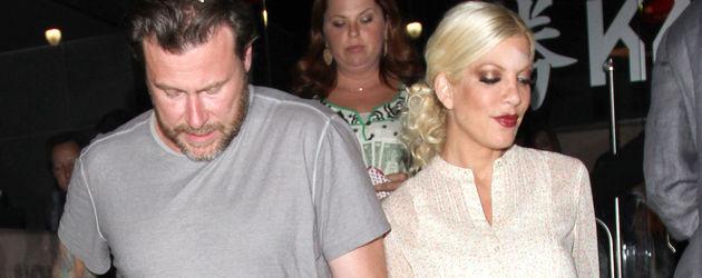 Tori Spelling und Dean McDermott verlassen gemeinsam ein Restaurant