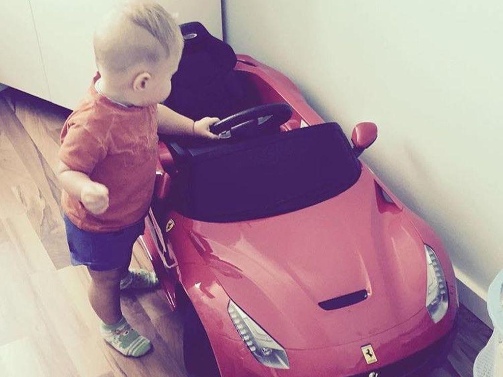 Alessio Lombardi mit seinem Spielzeugauto