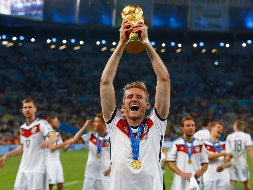 André Schürrle mit WM-Pokal
