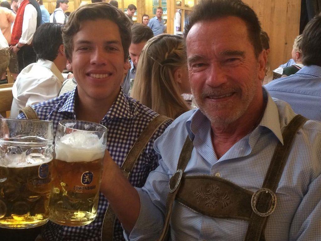 Arnold Schwarzenegger mit seinerm Sohn Joseph auf dem Oktoberfest