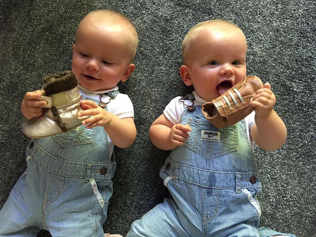 Christian Tews' Zwillingsmädchen mit ihren neuen Schuhen