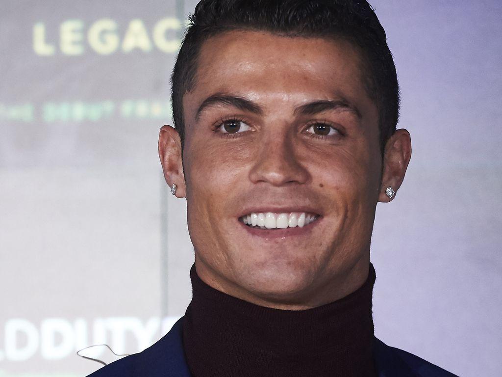 Cristiano Ronaldo mit Rollkragen und Sakko