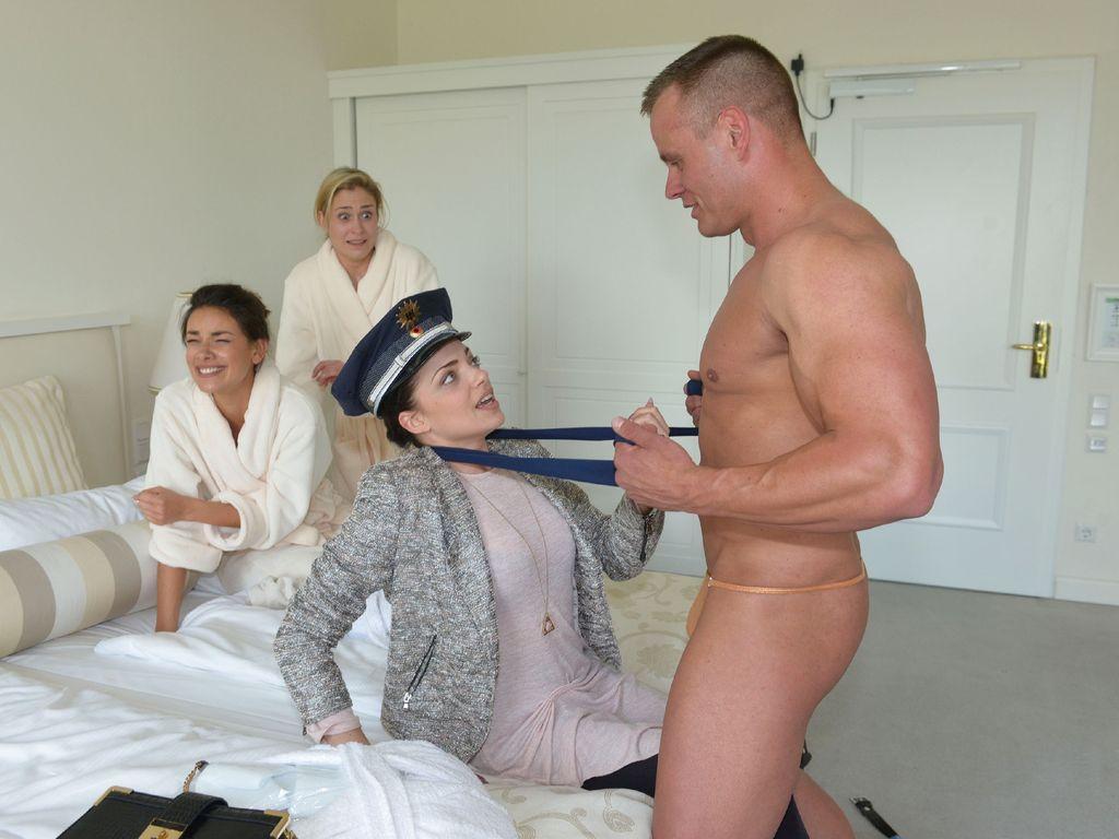 Emily (Anne Menden) mit einem Stripper