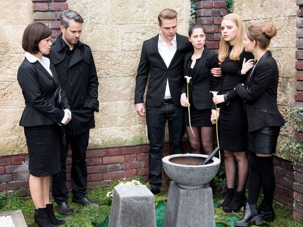 Fiona (Olivia Burkhart, 2.v.r.), Irene (Petra Blossey, l.), Till (Ben Ruedinger, 2.v.l.), Bambi (Ben