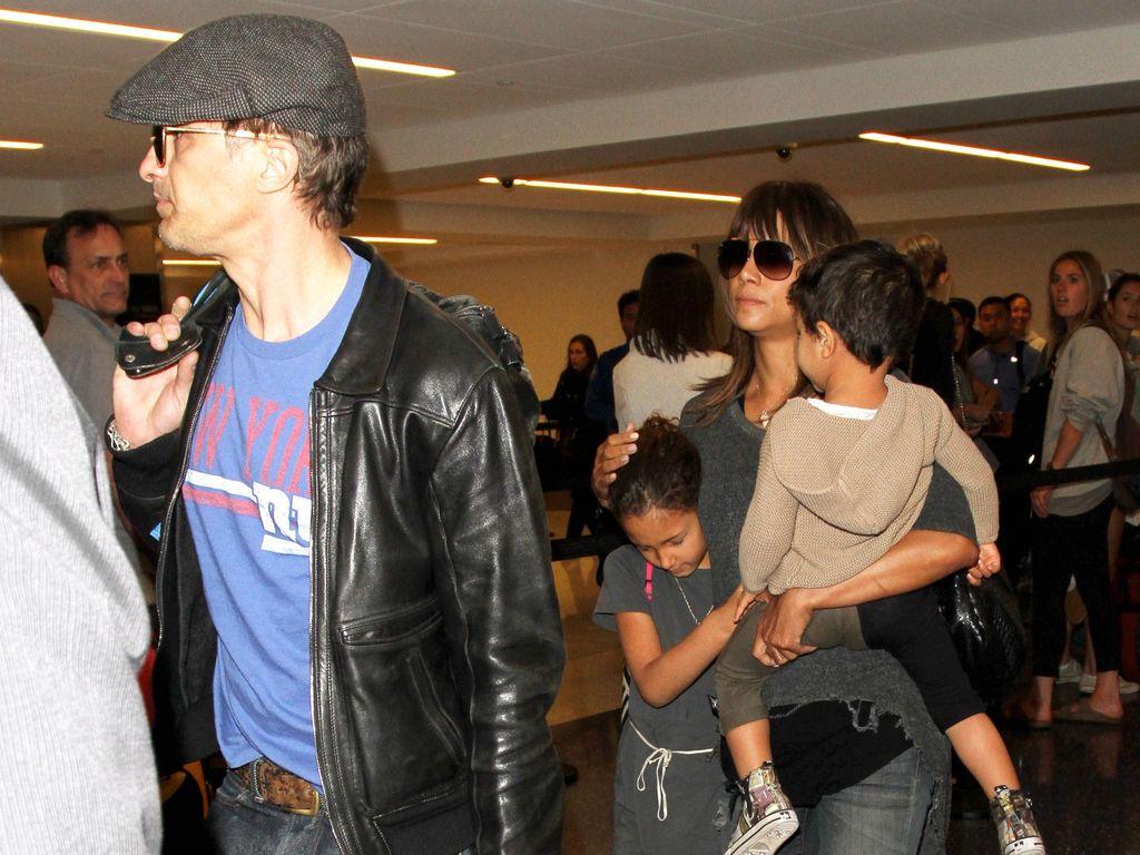 Olivier Martinez und Halle Berry mit ihren Kids am Flughafen