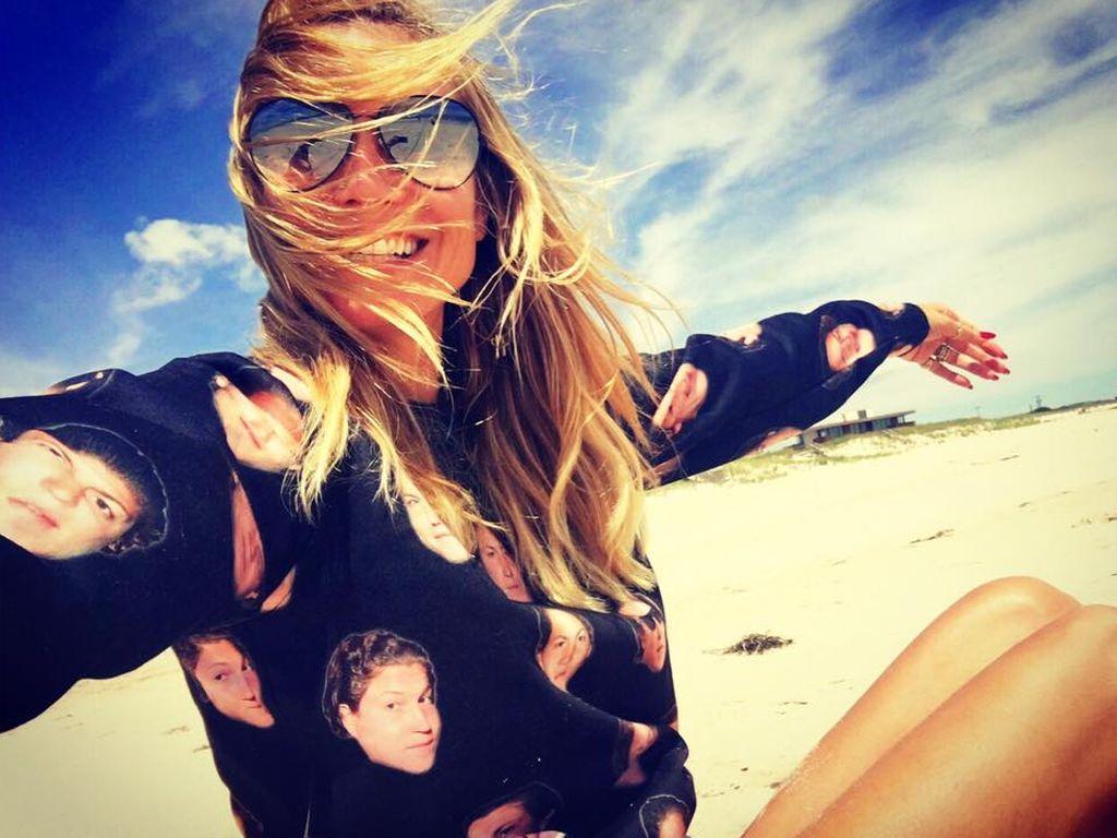 Heidi Klum in einem Pullover mit Vitos Gesicht