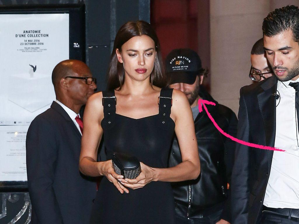 Irina Shayk verlässt eine Gala in Paris, im Hintergrund Bradley Cooper