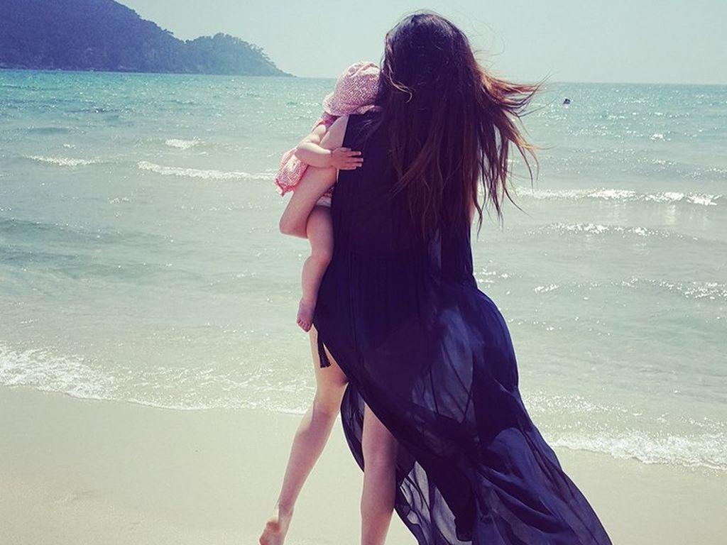 Johanna Klum mit ihrem Baby am Meer