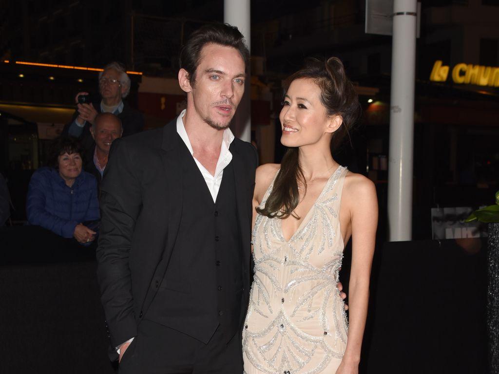 Jonathan Rhys Meyers und Mara Lane in Cannes