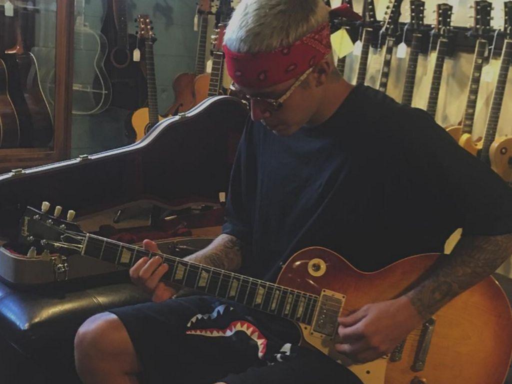 Justin Bieber mit Gitarre