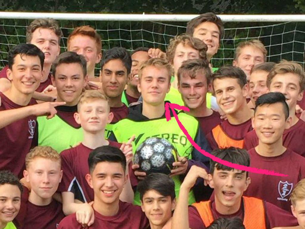 Justin Bieber mit Kindern der Highgate School in England
