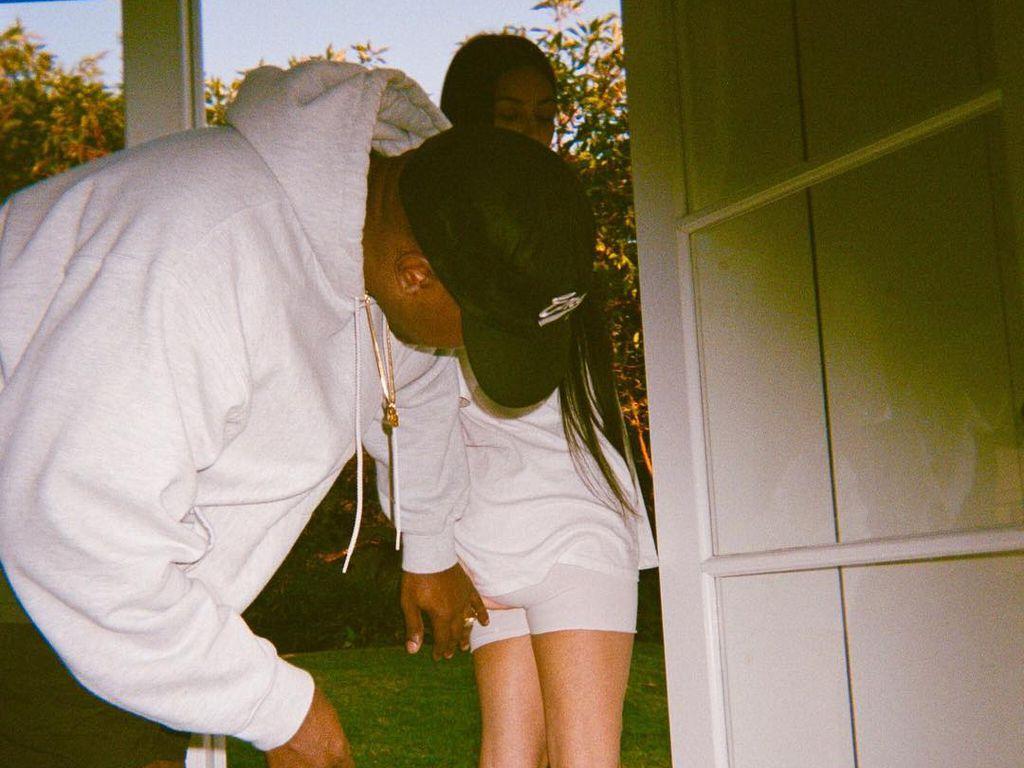 Kanye West beim Check von Kims Hintern