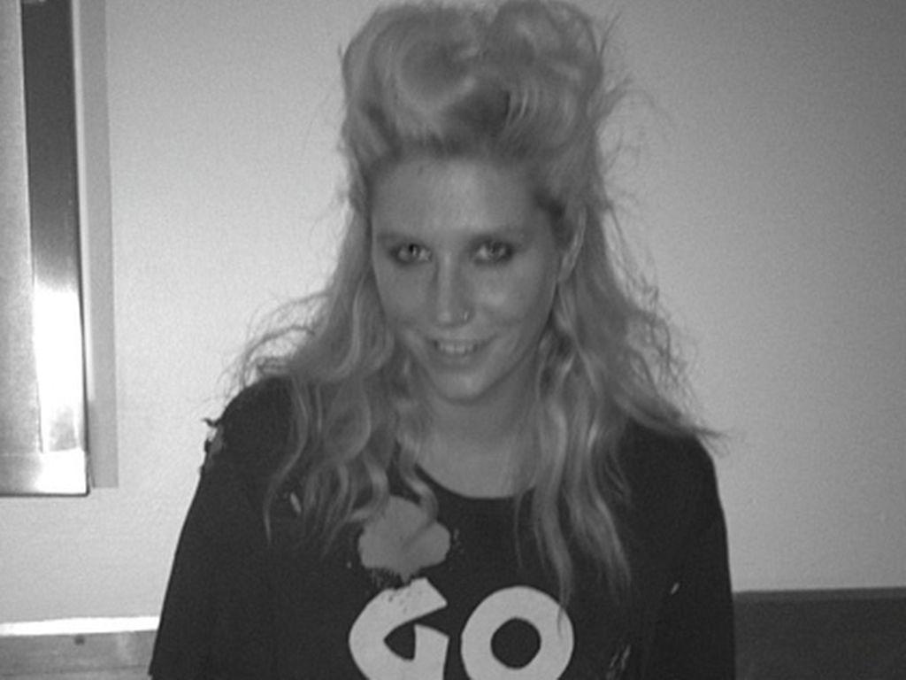 Kesha mit Sperma auf ihrer Brust