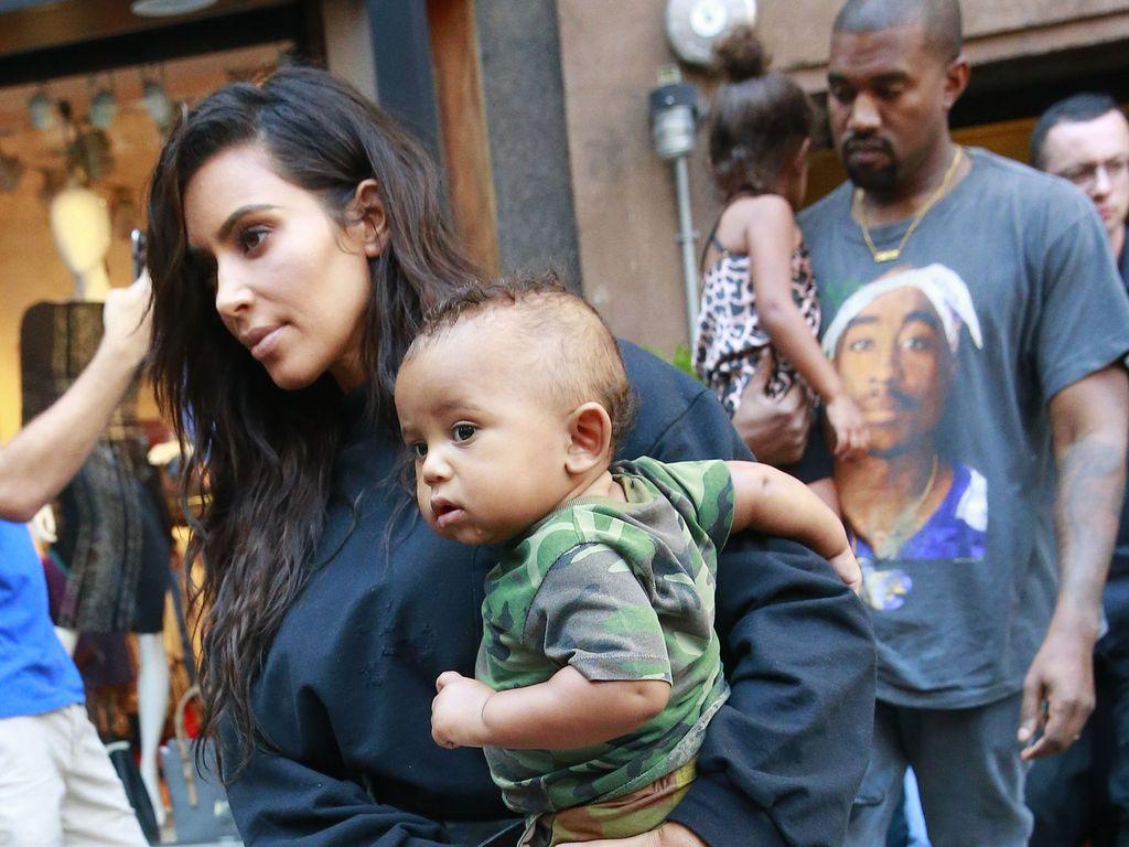Kim Kardashian und Kanye West mit ihren Kindern Saint und North in NYC
