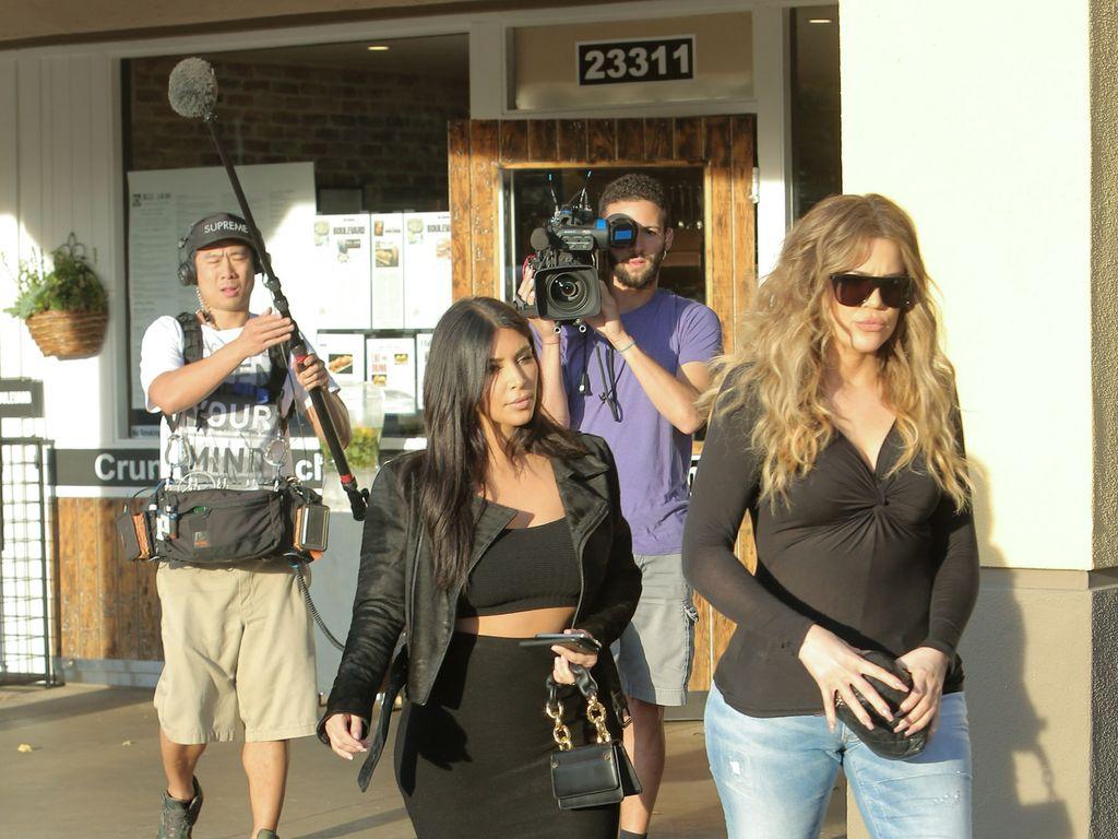 "Kim Kardashian West und Khloe Kardashian während Dreharbeiten zu ""Keeping up with the Kardashians"""