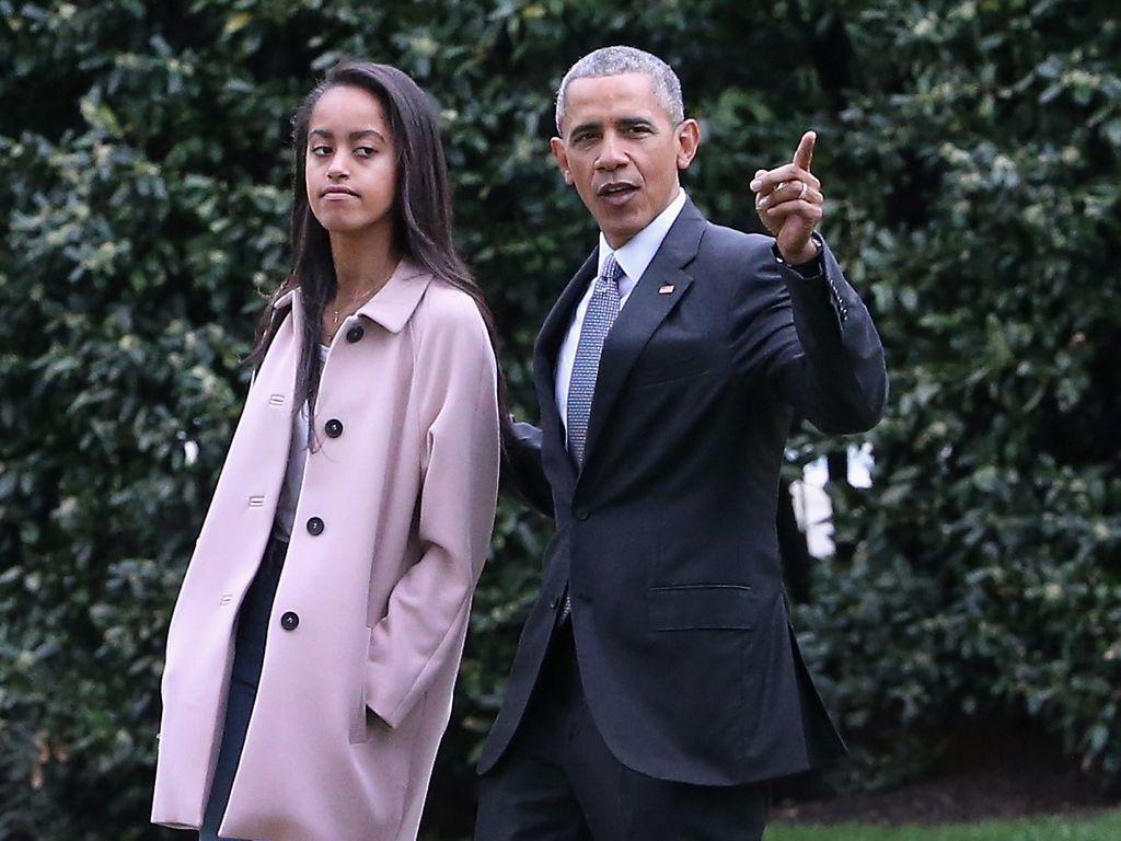 Malia und Barack Obama vor dem Weißen Haus
