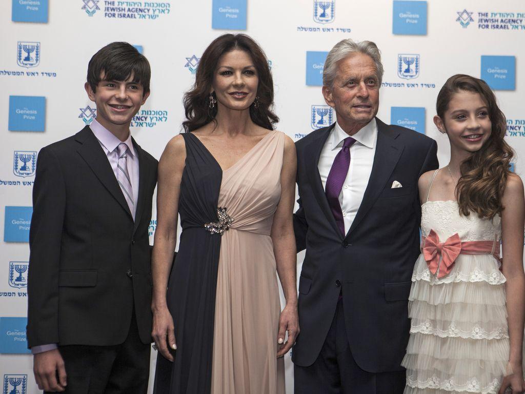 Catherine Zeta-Jones und Michael Douglas (Mitte) mit ihren Kindern