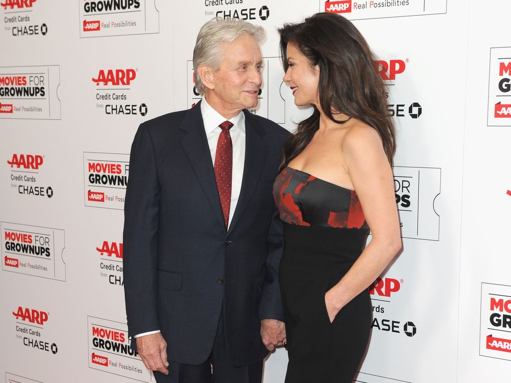 Michael Douglas und Catherine Zeta-Jones auf dem roten Teppich einer Preisverleihung