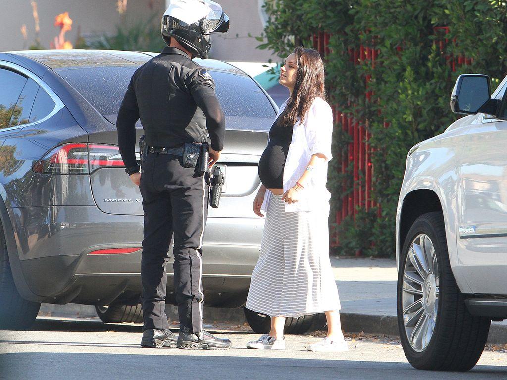 Mila Kunis mit einem Verkehrspolizisten in L.A.