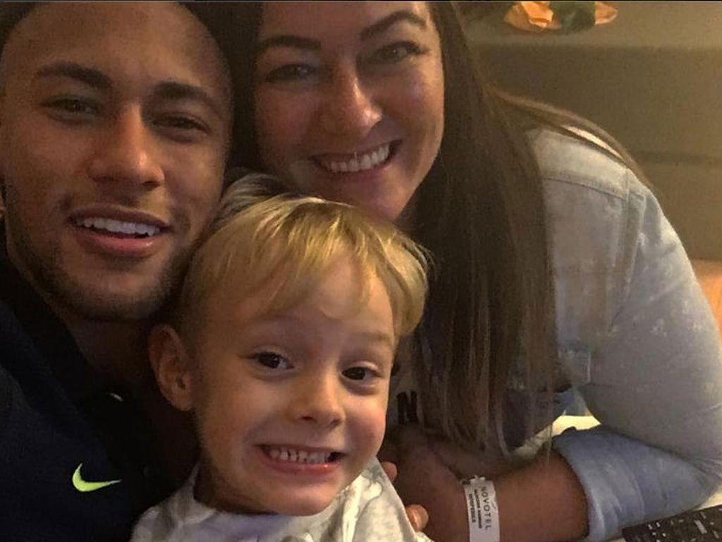 Neymar Jr. mit seinem Sohn David und seiner Mama