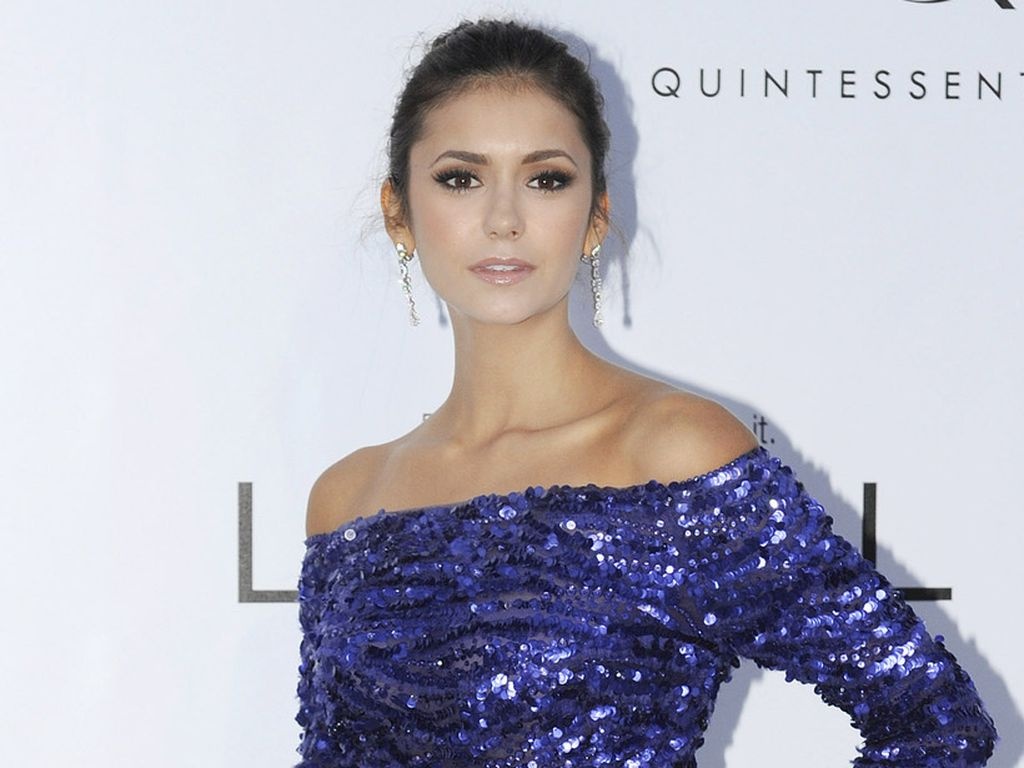 nina dobrev bezaubert im blauen glitzer kleid. Black Bedroom Furniture Sets. Home Design Ideas