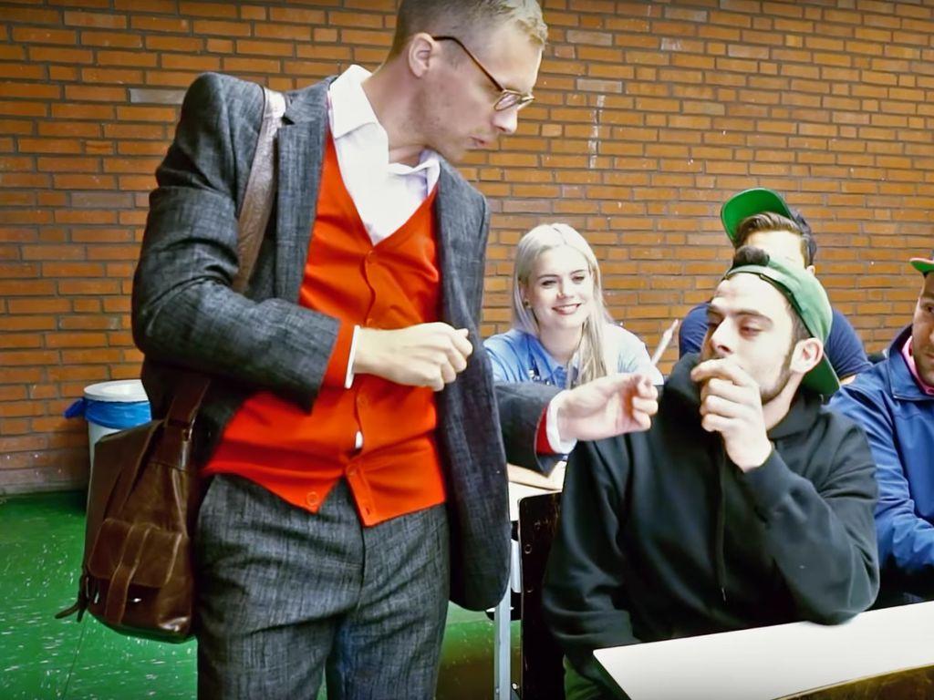 "Oliver Pocher als Lehrer im YouTube-Video ""Schule früher vs. heute"""