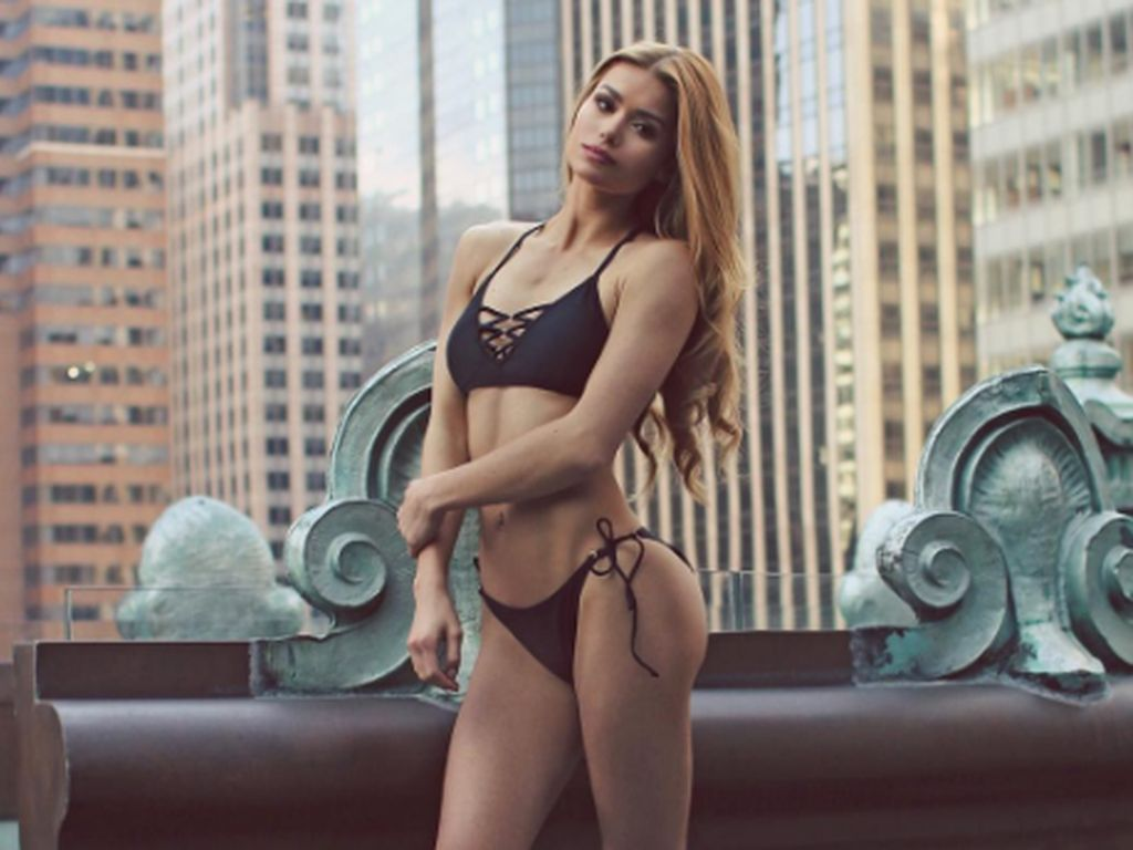 Pamela Reif im Bikini in New York City