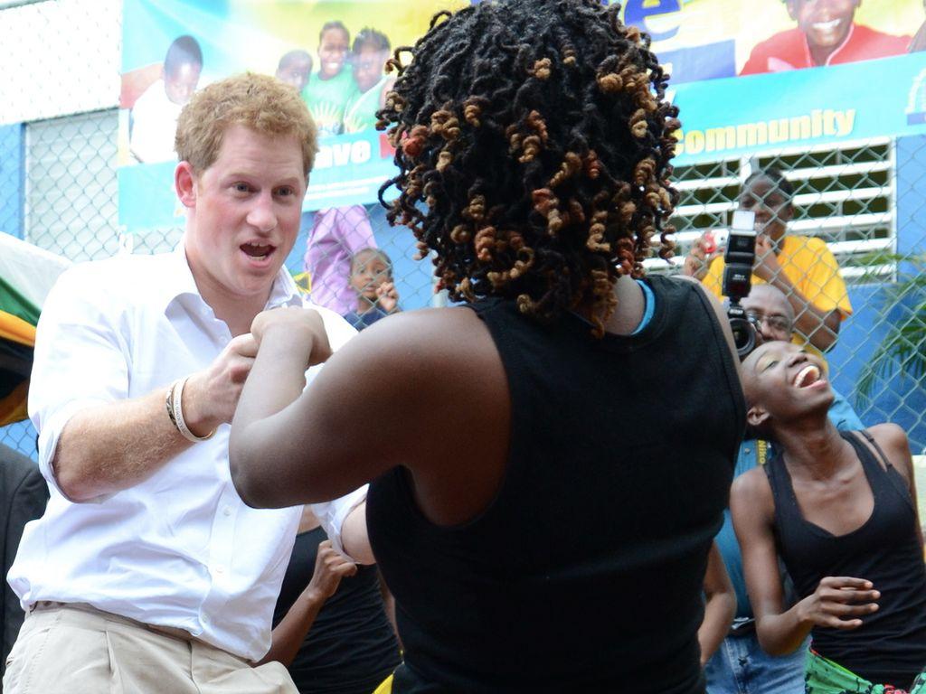 Prinz Harry ist wild am tanzen