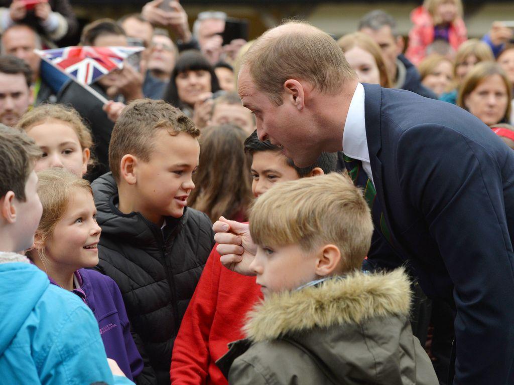 Prinz William begrüßt schottische Schüler auf Stirling Castle