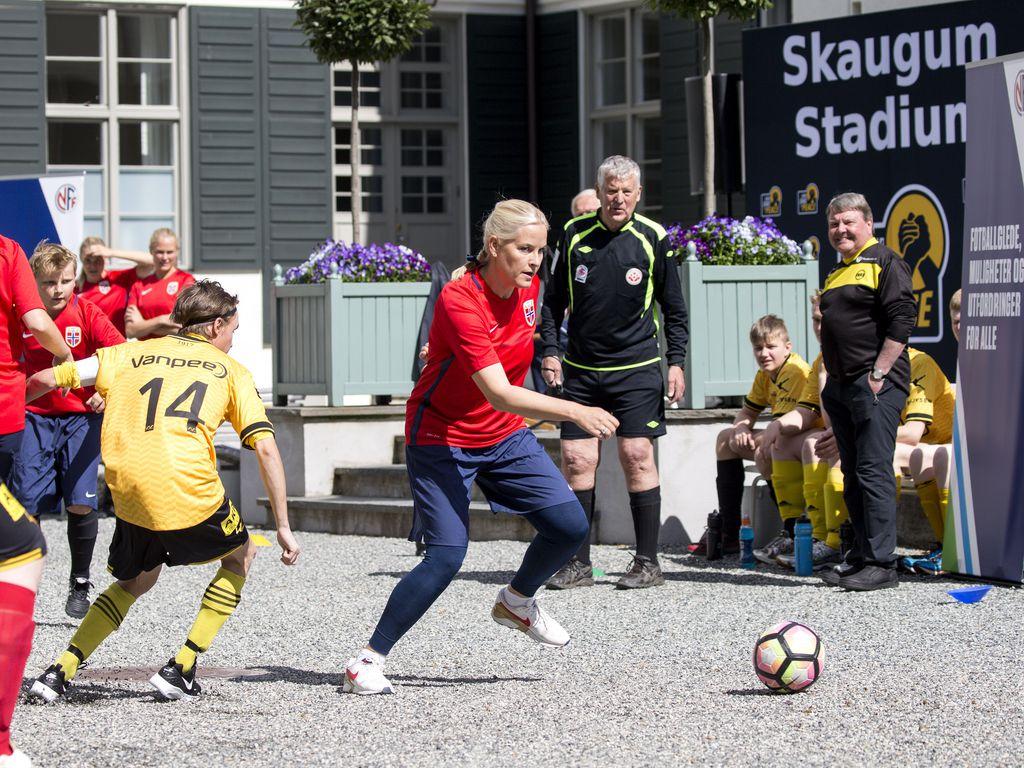 Prinzessin Mette-Marit bei einem Fußballspiel