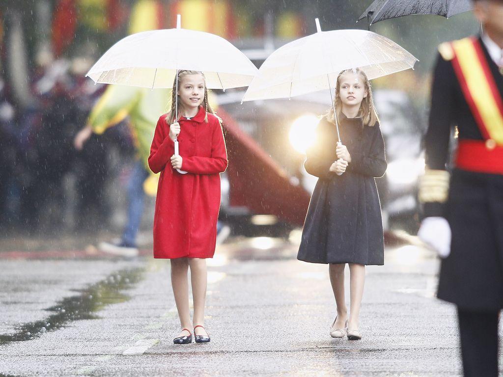 Prinzessin Sofia und Prinzessin Leonor bei der Nationaltagsparade 2016