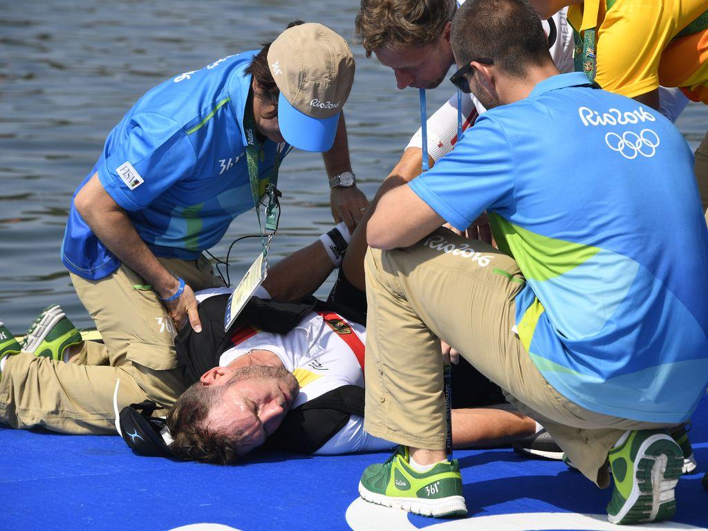 Rettungsärzte helfen Marcel Hacker (m.) nach seinem Kollaps bei Olympia 2016 in Rio