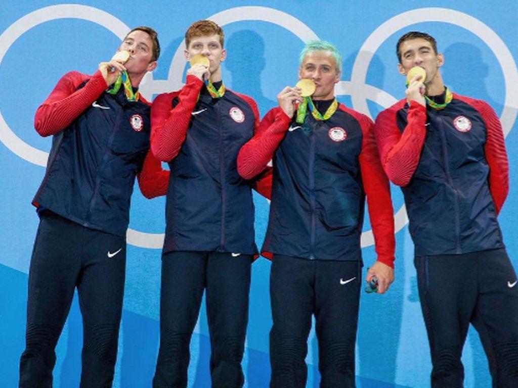 Ryan Lochte (2. v. r.) mit grünen Haaren und seine Teamkollegen