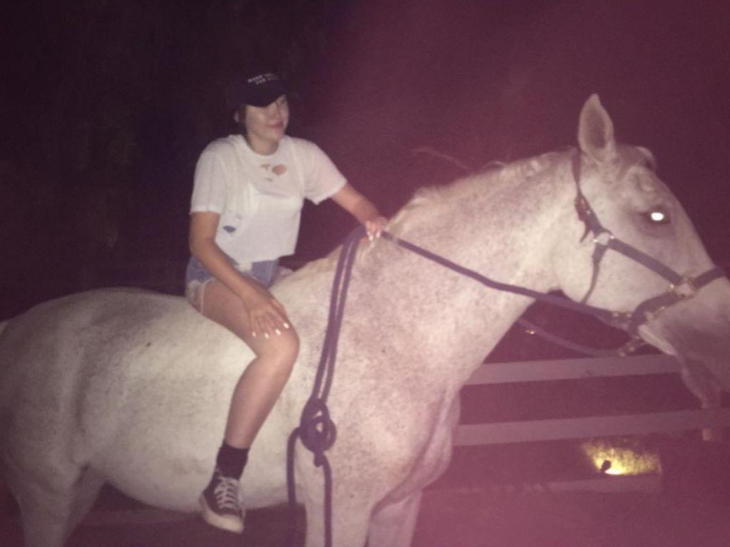 Schauspielerin Noah Cyrus auf ihrem Pferd Constantine