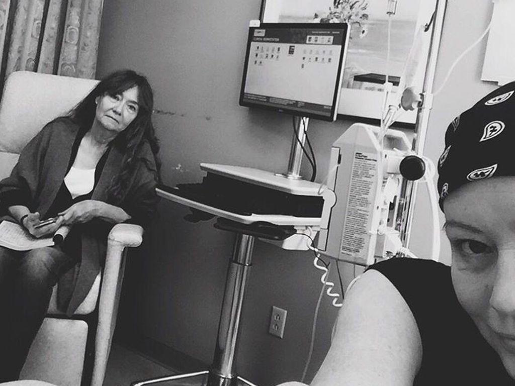 Shannen Doherty mit ihrer Mutter Rosa Elizabeth im Krankenhaus bei der Chemotherapie
