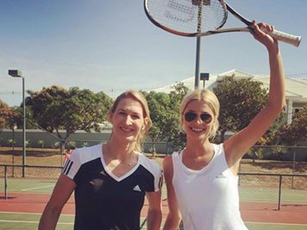 Steffi Graf und Lena Gercke auf dem Tennisplatz