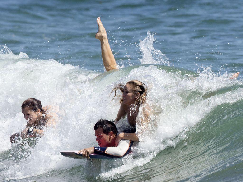 Taylor Lautner mit einer unbekannten Lady im Meer in Malibu