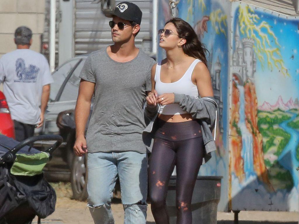 Taylor Launter mit Model Kyra Santoro auf dem Jahrmarkt in Malibu