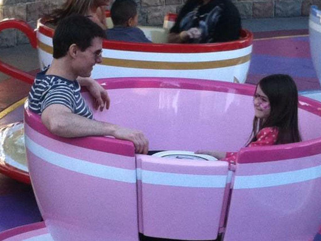 Tom Cruise und Suri Cruise sitzen in einer riesigen Tasse