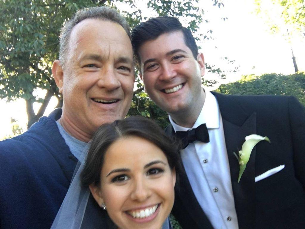 Tom Hanks mit einem Brautpaar in NYC