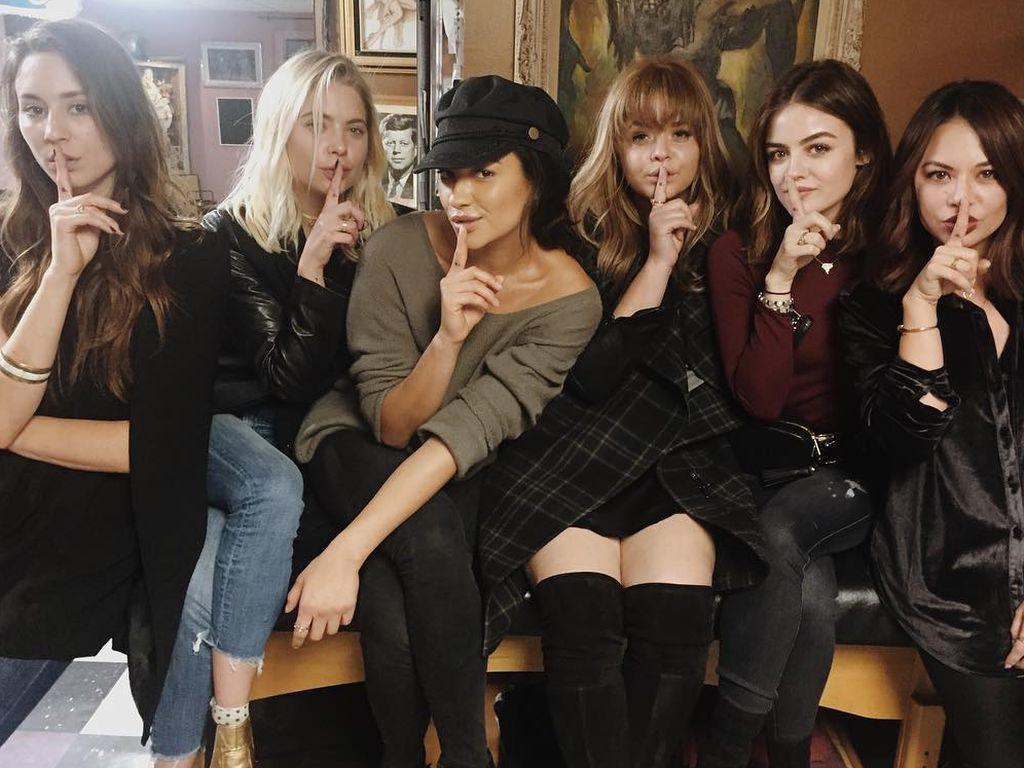 Troian Bellisario, Ashley Benson, Shay Mitchell, Sasha Pieterse, Lucy Hale und Janel Parrish von PLL