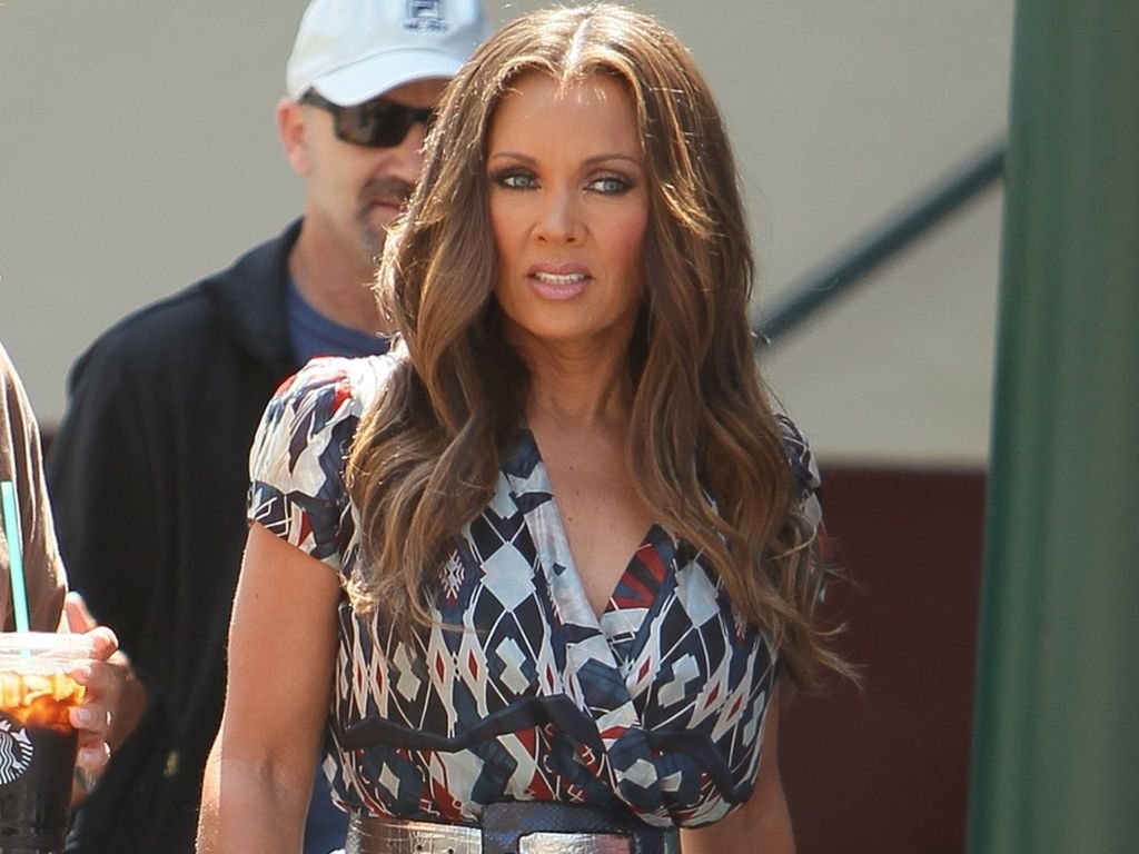 Vanessa Williams mit blauen Peep-Toes