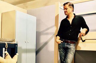 André Dietz beim Möbelkauf für sein viertes Kind
