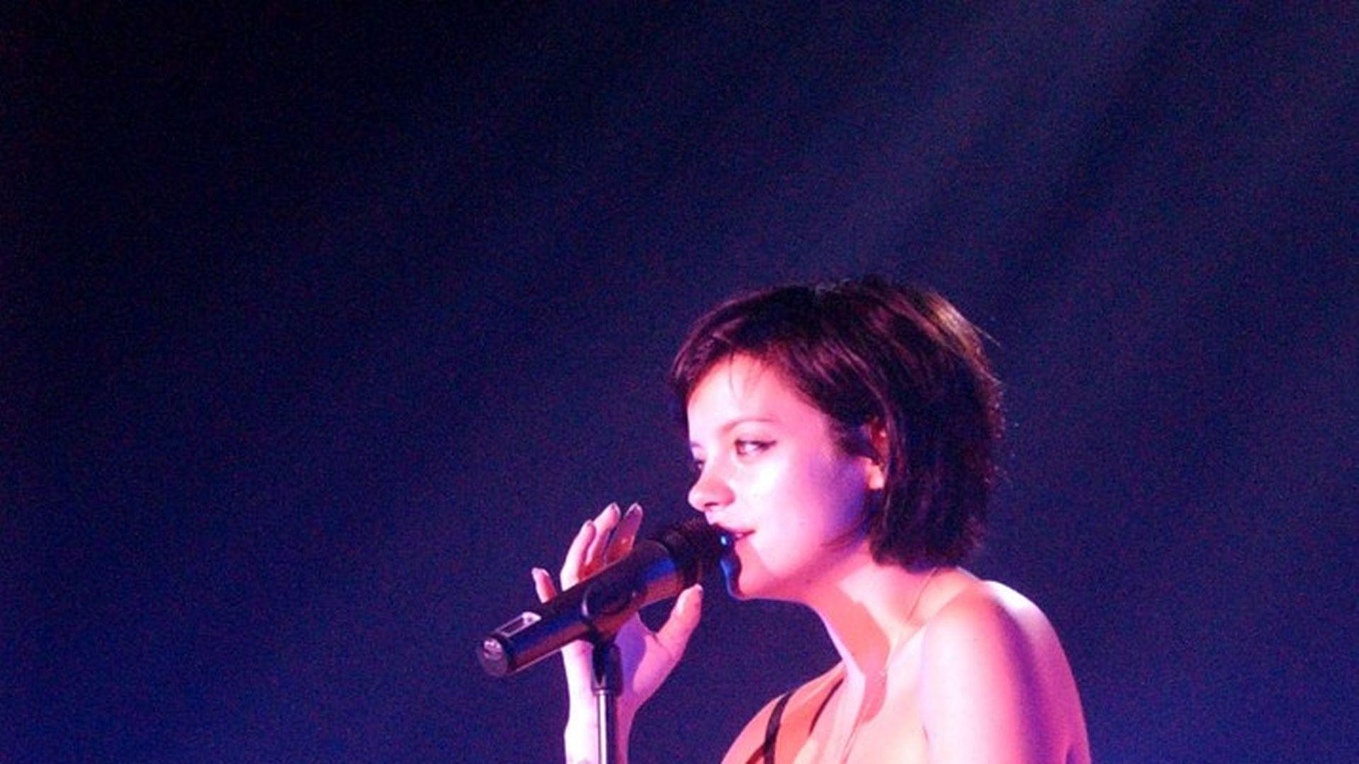 Lily Allen nackt auf der Bühne! | Promiflash.de