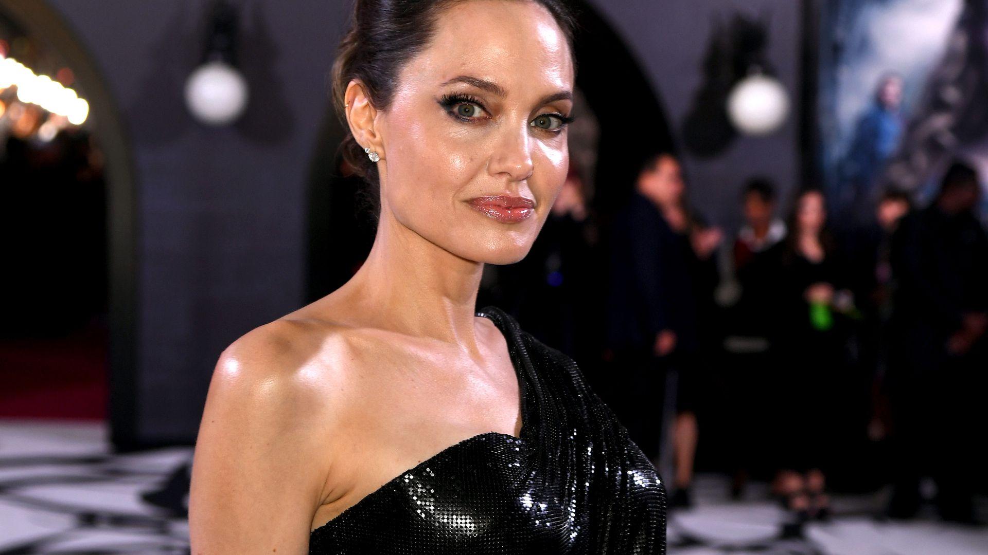 Vier Schwänze Für Samatha Jolie