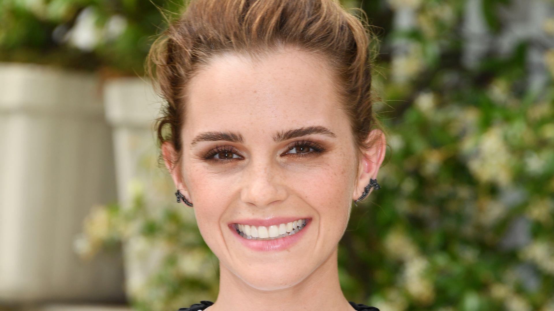 Verdächtiger Ring am Finger: Ist Emma Watson etwa verlobt? - Promiflash.de