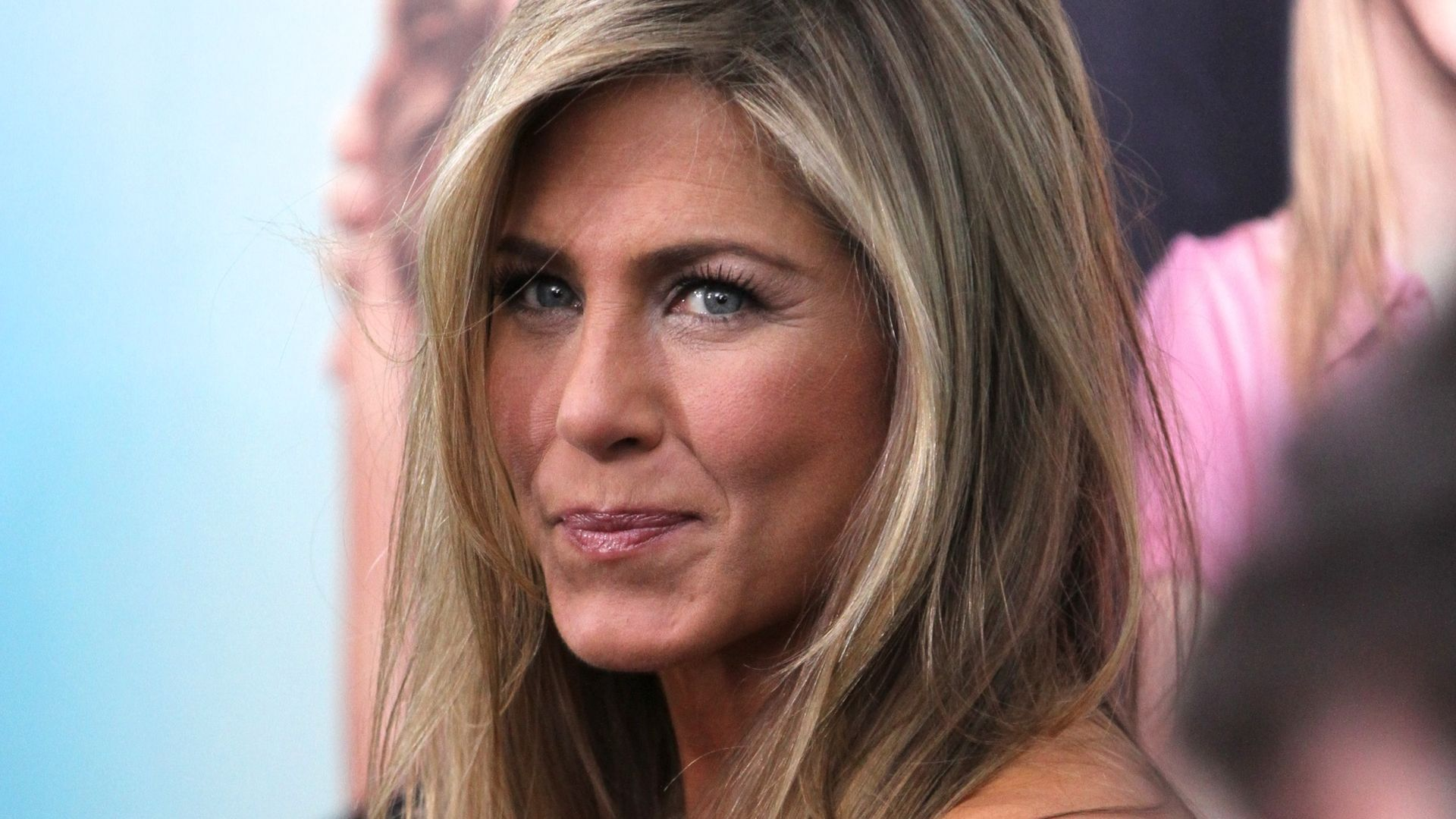 schock haare ab bei jennifer aniston. Black Bedroom Furniture Sets. Home Design Ideas