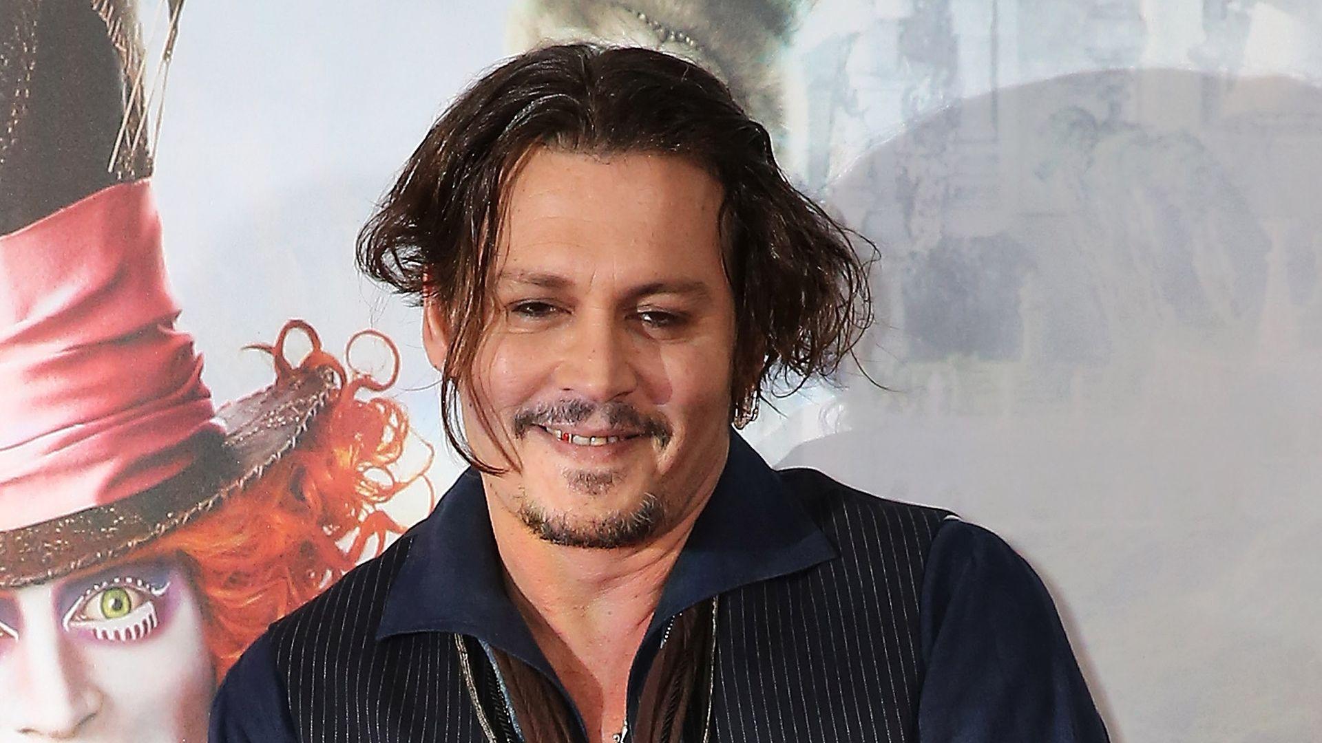 Scherzkeks: Johnny Depp macht Pressekonferenz zur Lach ... Johnny Depp/newspaper Articles