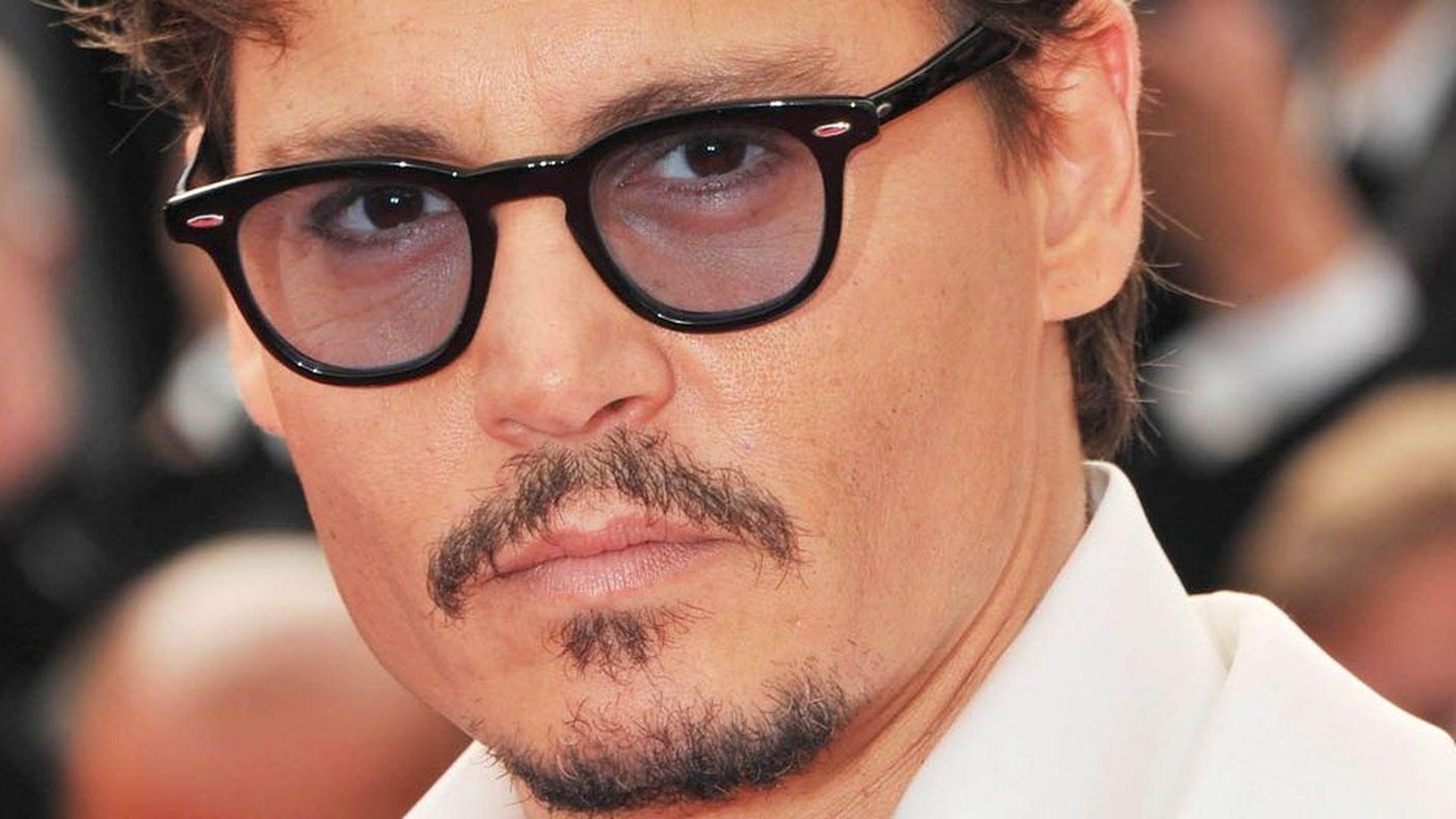 Johnny Depp bereut Vergewaltigungs-Vergleich | Promiflash.de Johnny Depp/newspaper Articles