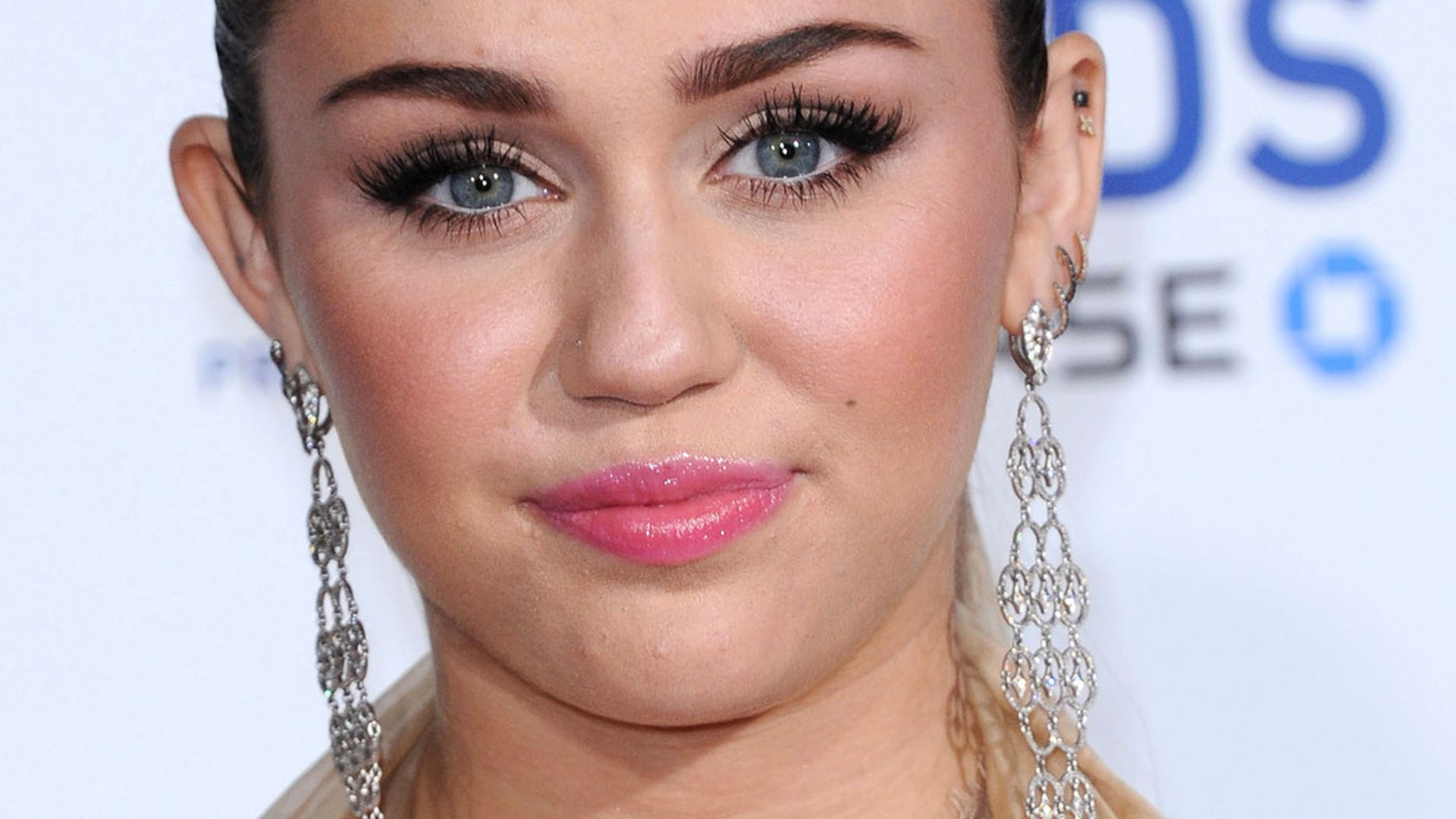 Miley Cyrus zeigt ihre Brste in sexy Two And A Half Men